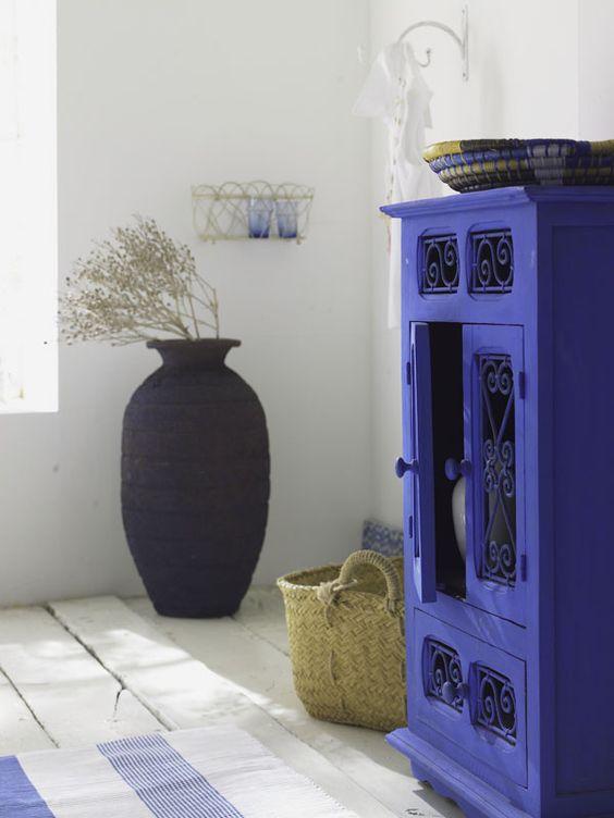 Schöner Schrank in kühnem Blau: Seit Jahrhunderten dienen solche Holzmöbel mit verschnörkelten Eisengittern (86 x 54 x 34 cm) im vorderen Orient zur Vorratshaltung. Und in den Vorgängern der 64 cm hohen Vase verwahrte man früher Öl- und Weinreserven